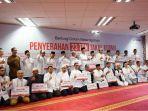penyerahan-23-ton-takjil-kurma-ke-15-masjid-berbagai-daerah-di-indonesia_20180504_125134.jpg