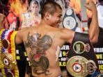 petinju-indonesia-chris-john-memperlihatkan-tato-bergambar-naga-yang-melingkat-di-punggungnya.jpg