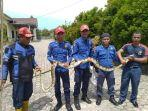 petugas-damkar-satpol-pp-kabupaten-belitung-mengevakuasi-ular-sanca.jpg