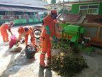 petugas-dlh-kabupaten-belitung-kamis-211-sedang-menggiling-bahan-baku-pembuatan-kompos.jpg