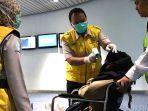 petugas-kantor-kesehatan-pelabuhan-kkp-bandara-soetta-memeriksa-suhu-seorang-penumpang.jpg