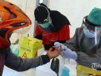petugas-medis-mengambil-sampel-darah-jurnalis-saat-rapid-test-covid-19.jpg