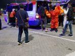 petugas-melakukan-proses-evakuasi-dua-orang-penumpang.jpg