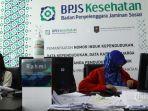 petugas-melayani-warga-di-kantor-badan-penyelenggara-jaminan-sosial-bpjs.jpg