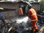petugas-pemadam-kebakaran-memadamkan-sisa-api-yang-membakar-rumah-milik-aprianti_20180819_151510.jpg