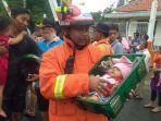 petugas-penyelamat-dan-warga-terharu-upaya-evakuasi-bayi-sabrin.jpg