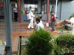 petugas-pmi-kabupaten-belitung-semprot-lapas.jpg