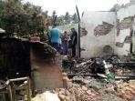 pihak-kepolisian-bersama-warga-setempat-membersihkan-puing-puing-sisa-kebakaran-kediaman-cunet_20180911_115905.jpg