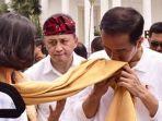 presiden-jokowi-cium-kain_20171102_214749.jpg