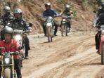 presiden-jokowi-mengendarai-sepeda-motor-customnya.jpg
