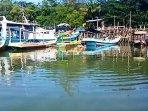 puluhan-nelayan-kapal-bertambat-di-dermaga-tanjung-pendam-jumat-242021.jpg