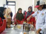 puluhan-perempuan-diajari-bikin-roti-dan-anyaman-lais.jpg<pf>puluhan-perempuan-diajari-bikin-roti-dan-anyaman-lais-1.jpg