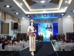 puteri-indonesia-2018-sonia-fergina-citra-saat-mengenakan-cual-khas-babel-motif-kembang-sepatu_20180319_195743.jpg