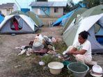 ramna-33-warga-petobo-kota-palu-sedang-mencuci-alat-masak-di-pengungsian_20181019_202943.jpg