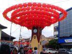rangkaian-lampion-merah-dipasang-di-atas-jam-sekitar-pasar-gedhe-kota-solo-senin-612020.jpg