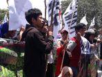 ribuan-masyarakat-pulau-bangka-dan-mahasiswa-universitas-bangka-belitung-melakukan-aksi-damai_20180924_123042.jpg