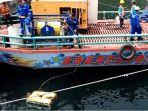 robot-rov-saat-beroperasi-di-perairan-danau-toba-mencari-korban-hilang-km-sinar-bangun_20180702_174133.jpg