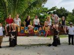 rombongan-wisatawan-asing-berfoto-di-papan-nama-pulau-leebong_20180526_140130.jpg