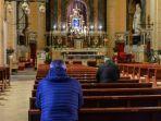 sejumlah-orang-berdoa-di-gereja-santa-maria-delle-grazie-alle-fornaci.jpg