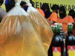 sejumlah-tersangka-penjual-dan-pembuat-minuman-keras-oplosan_20180421_113436.jpg
