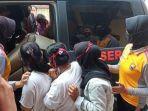 sekelompok-abg-putri-digelandang-ke-mobil-polisi-setelah-videonya-okeee.jpg