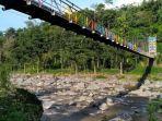 seorang-bocah-bernama-lulu-khumaira-aspur-8-terperosok-di-lubang-jembatan-kayu_20180402_220236.jpg