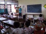 seorang-guru-mengajar-di-salah-satu-sd.jpg