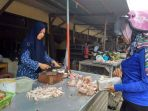 seorang-pembeli-sedang-membeli-ayam-potong-di-pasar-induk-tanjungpandan_20180427_133231.jpg