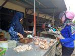 seorang-pembeli-tengah-membeli-ayam-di-pasar-tanjungpandan_20180515_101602.jpg