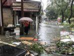 seorang-pria-berjalan-di-tengah-banjir-di-desa-lei-yu-man_20180916_155424.jpg