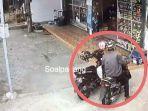 seorang-pria-yang-mencuri-tas-berisi-celana-wanita-yang-tergantung-di-sepeda.jpg