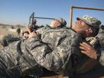 seorang-tentara-amerika-tengah-tidur-di-medan-combatan_20180906_210319.jpg