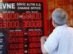 seorang-warga-istanbul-menyaksikan-nilai-tukar-lira-turki-yang-anjlok_20180820_215454.jpg