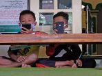 siswa-belajar-daring-duduk-di-masjid.jpg