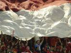 suporter-indonesia-mengibarkan-bendera-merah-putih_20161216_135741.jpg
