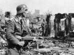 tentara-jerman-membersihkan-jalan-di-stalingrad.jpg