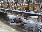 tim-gabungan-menelusuri-sungai-lenggang-untuk-mencari-korban-hilang-1172018_20180711_140343.jpg