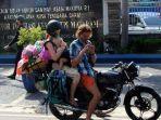 turis-rusia-mengamen-di-lombok.jpg