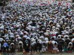 umat-muslim-melaksanakan-shalat-idul-fitri-1-syawal-1439-hijriah.jpg