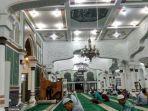 umat-muslim-yang-melaksanakan-itikaf-di-masjid.jpg
