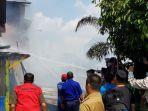 upaya-pemadaman-kebakaran-yang-terjadi-di-rumah-meri_20180814_122147.jpg