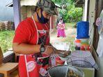 usep-maulana-menyiapkan-baco-atau-baso-corona.jpg