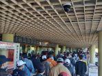 warga-memadati-bandara-hang-nadim-batam-selasa-262020.jpg