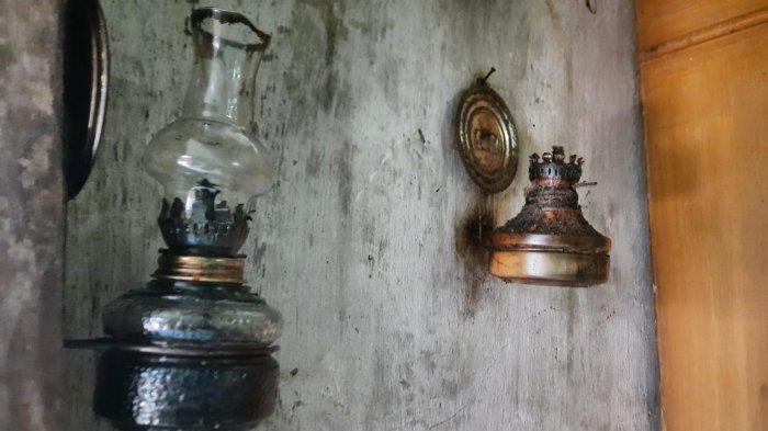 2 Buah lampu semprong mungil menempel di dinding rumah Yoyoh (50) yang berlokasi di Campea, Kabupaten Bogor