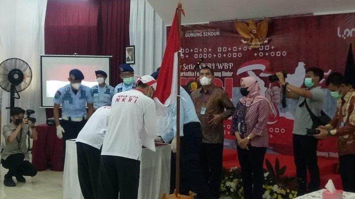 34 warga binaan permasyarakatan (WBP) kasus terorisme, Kamis (15/4/2021) melakukan ikrar setia kepada Negara Kesatuan Republik Indonesia (NKRI) di Lapas Narkotika Gunung Sindur, Kabupaten Bogor.