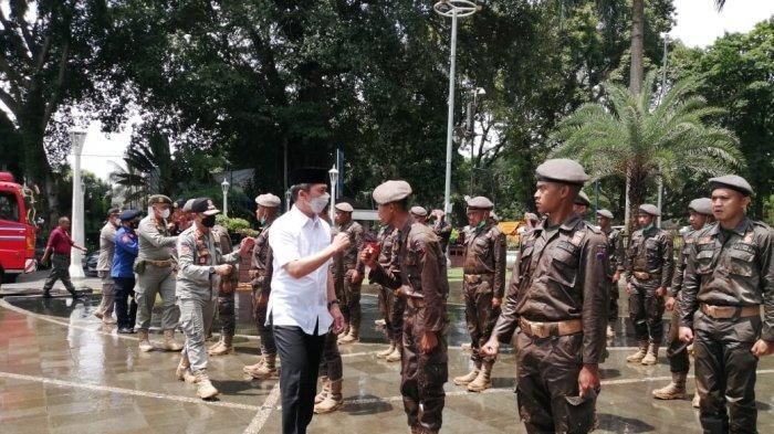 Sebanyak 57 anggota Satuan Polisi Pamong Praja (Satpol PP) dan Pemadam Kebakaran (Damkar) Kota Bogor secara resmi menjalani pembaretan.