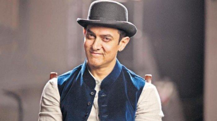 Rayakan Hari Guru, Aamir Khan Rela Berlutut di Lantai saat Foto Bareng Para Pengajarnya