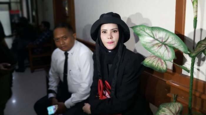 Angel Lelga Tampil Serba Hitam di Sidang Cerai : Aku Selalu Pengin Keren