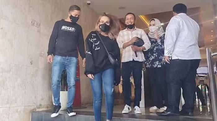 Dampingi Ayah Rozak Diperiksa Polisi, Ayu Ting Ting Santai Orangtuanya Dilaporkan Haters : Itu Hak