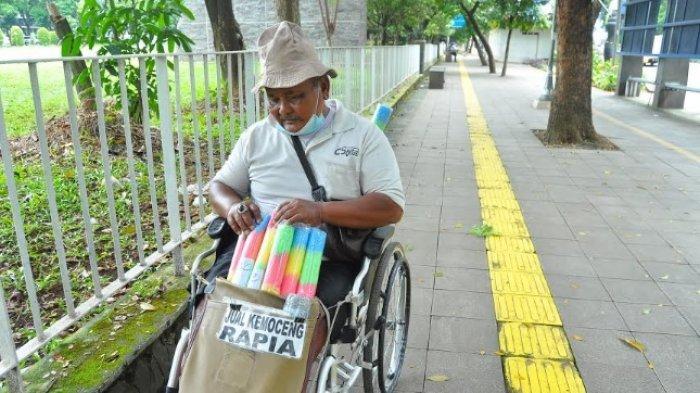 Kisah Abah Parmin Tetap Semangat Jual Kemoceng Meski Pakai Kursi Roda: Ini Bikinan Saya Sendiri